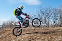 Khabarovsk, Rússia - 22 de março de 2014: Passeios do extremo da motocicleta de Enduro imagem de stock