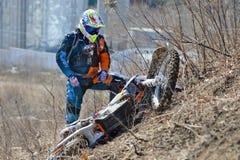 Khabarovsk, Rússia - 22 de março de 2014: Passeios do extremo da motocicleta de Enduro fotos de stock