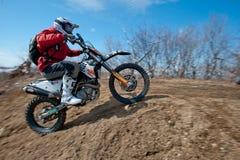 Khabarovsk, Rússia - 22 de março de 2014: Passeios do extremo da motocicleta de Enduro imagem de stock royalty free