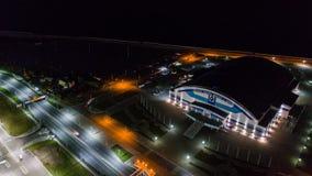 Khabarovsk, Rússia - 10 de outubro de 2017: Opinião da noite de Khabarovsk da arena de Erofey do distrito da cidade Foto de Stock Royalty Free