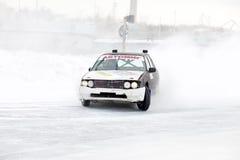 KHABAROVSK ROSJA, Marzec, - 7, 2015: Stary samochód przy zima lodu śladem Obraz Stock