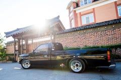 Khabarovsk Rosja, Sierpień, - 28, 2016: samochodowa Nissan Datsun furgonetka na ulicie wokoło domu, Zdjęcie Stock