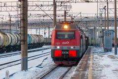KHABAROVSK ROSJA, STYCZEŃ, - 06, 2017: Elektryczny pociąg przechodzi a Obraz Stock