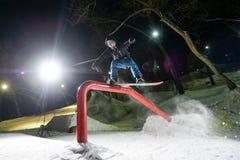 Khabarovsk Rosja, Styczeń, - 24 2016: Snowboarder doskakiwanie przy nocą Obrazy Royalty Free