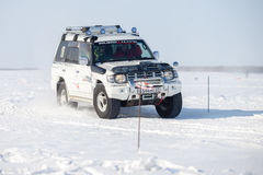 KHABAROVSK ROSJA, STYCZEŃ, - 28, 2017: Mitsubishi Pajero jazda Zdjęcia Royalty Free