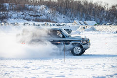 KHABAROVSK ROSJA, STYCZEŃ, - 28, 2017: Mitsubishi Pajero jazda Fotografia Stock
