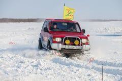 KHABAROVSK ROSJA, STYCZEŃ, - 28, 2017: Mitsubishi Pajero jazda Zdjęcia Stock