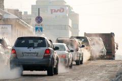 KHABAROVSK, RUSLAND - JANUARI 5, 2011: Auto's die zich op de ijswinter bewegen Stock Foto's