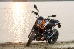 Khabarovsk, Rusland - Juli 27, 2014: de tribunes van de motorfietsktm Hertog op de kust van een meer in Khabarovsk op 27 Juli, 20 Stock Foto