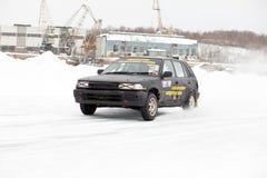 KHABAROVSK, RUSLAND - Maart 7, 2015: Oud Toyota Corolla bij de winter Stock Foto