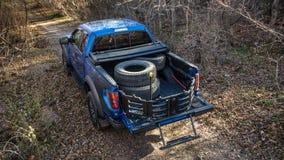 Khabarovsk, Rusland - oktober 20, 2016: De Roofvogel SUV van Ford F150 is op de weg die op vuil drijven Stock Foto's