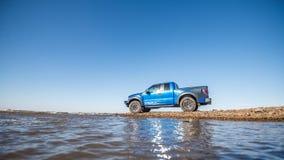 Khabarovsk, Rusland - oktober 20, 2016: De Roofvogel SUV van Ford F150 is op de weg die op vuil drijven Royalty-vrije Stock Fotografie
