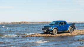 Khabarovsk, Rusland - oktober 20, 2016: De Roofvogel SUV van Ford F150 is op de weg die op vuil drijven Royalty-vrije Stock Afbeelding
