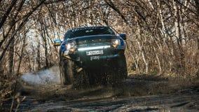 Khabarovsk, Rusland - oktober 20, 2016: De Roofvogel SUV van Ford F150 is op de weg die op vuil drijven Royalty-vrije Stock Afbeeldingen