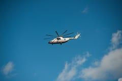 Khabarovsk, Rusland - September 3, 2017: Mi-26 zwaar militair vervoer tijdens de vlucht in de kleuren van EMERCOM van Rusland royalty-vrije stock afbeelding