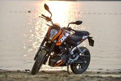 Khabarovsk, Russie - 27 juillet 2014 : le duc de la moto KTM se tient sur le rivage d'un lac dans Khabarovsk le 27 juillet 2014 Photographie stock