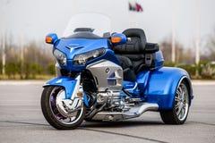 KHABAROVSK, RUSSIE - 3 mai 2017 : La motocyclette à trois roues de Honda Trake main-assemblée se tient sur la terre plate dans Kh Photo stock