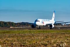 KHABAROVSK RYSSLAND - SEPTEMBER 29, 2018: Flygbussen A320 VP-BBQ Ural Airlines flyger från landningsbanan av Khabarovsk royaltyfri bild