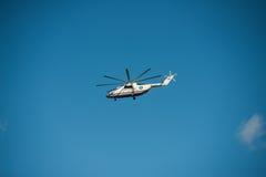 Khabarovsk Ryssland - September 3, 2017: Tung militär transport Mi-26 i flykten i färgerna av EMERCOM av Ryssland fotografering för bildbyråer