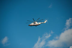 Khabarovsk Ryssland - September 3, 2017: Tung militär transport Mi-26 i flykten i färgerna av EMERCOM av Ryssland Royaltyfri Bild