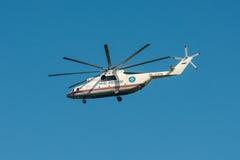 Khabarovsk Ryssland - September 3, 2017: Tung militär transport Mi-26 i flykten i färgerna av EMERCOM av Ryssland Royaltyfri Foto