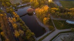 Khabarovskpark in het stadscentrum stadsvijvers De herfst De mening vanaf de bovenkant genomen door hommel royalty-vrije stock fotografie
