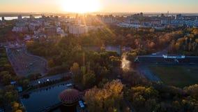 Khabarovskpark in het stadscentrum stadsvijvers De herfst De mening vanaf de bovenkant genomen door hommel royalty-vrije stock foto's