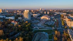 Khabarovskpark in het stadscentrum stadsvijvers De herfst De mening vanaf de bovenkant genomen door hommel royalty-vrije stock afbeeldingen