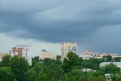Khabarovskstad vóór de regen, Rusland stock fotografie