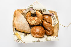 Khachapuri、百吉卷、柳条小圆面包和圆的小圆面包在篮子 图库摄影