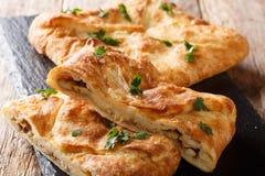 Khachapuri är en traditionell georgisk maträtt av Ost-fyllt bröd Fyllningen innehåller ostsulgunien, ägg arkivbild