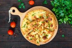 Khachapuri με το τυρί σε έναν σκοτεινό ξύλινο πίνακα Παραδοσιακά tortillas Imeretian Στοκ Εικόνα