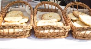 Khachapuri рецепт грузинской кухни Adzharian грузинский национальный хлеб Khachapuri блюда с сыром и травами Стоковое Изображение RF