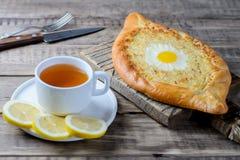 Khachapuri in Adjara con formaggio e l'uovo Fotografia Stock