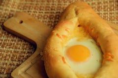 Khachapuri in Adjara mit dem Ei Die georgische Küche Stockfotos