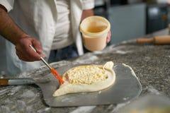Khachapuri Adjarian щетки мытья желтка сырцовое Стоковое Фото