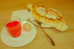 Khachapuri auf ajarski - Rezept der georgischen Küche Lizenzfreies Stockbild
