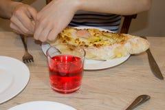 Khachapuri auf ajarski - Rezept der georgischen Küche Lizenzfreie Stockfotos