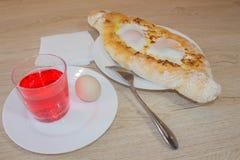 Khachapuri auf ajarski - Rezept der georgischen Küche Stockbilder