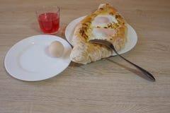 Khachapuri auf ajarski - Rezept der georgischen Küche Lizenzfreie Stockfotografie