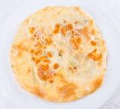 Khachapuri avec de la viande du plat blanc Photo stock