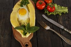 Khachapuri avec la cuisine caucasienne de légumes frais, plan rapproché sur une table en bois noire Khachapuri adjarien Vue de ci Photos stock