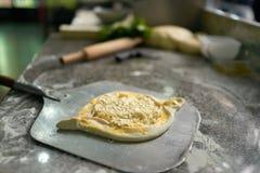 Khachapuri cru de Ajarian com queijo Fotografia de Stock Royalty Free