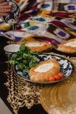 Khachapuri de Adjara en la tabla del este el huevo en pan caliente en las placas orientales está en un restaurante fotos de archivo libres de regalías