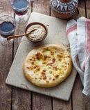 Khachapuri de Megrelian o flatbread georgiano del queso Hornada hecha en casa Visión superior imagen de archivo libre de regalías