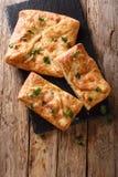Khachapuri delizioso farcito con il formaggio di Suluguni, primo piano delle uova Vista superiore verticale fotografie stock libere da diritti
