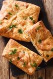 Khachapuri es un plato georgiano tradicional del pan Queso-llenado El relleno contiene el sulguni del queso, opinión superior ver imagenes de archivo