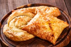 Khachapuri géorgien - flatbreads avec du fromage sur la planche à découper en bois Nourriture faite maison photo libre de droits