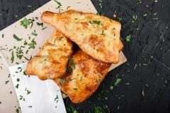 Khachapuri georgiano - flatbread con formaggio su fondo di legno scuro fotografia stock libera da diritti