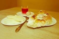 Khachapuri, raditional georgisches Käse-gefülltes Brot Ajarian-styl Lizenzfreies Stockbild